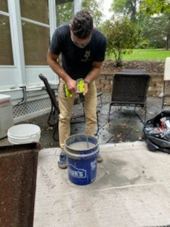 Mixing the self leveling underlayment